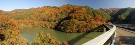 もみじ湖と紅葉パノラマ画像