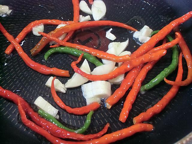 ニンニクとトウガラシを炒める