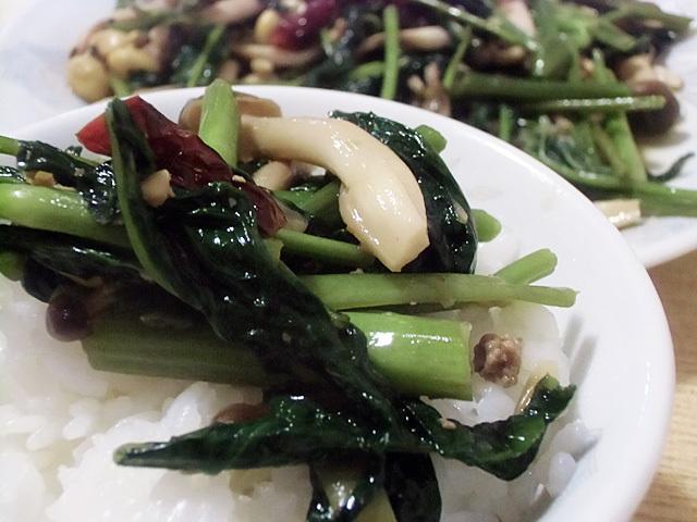 野菜でご飯を食べる
