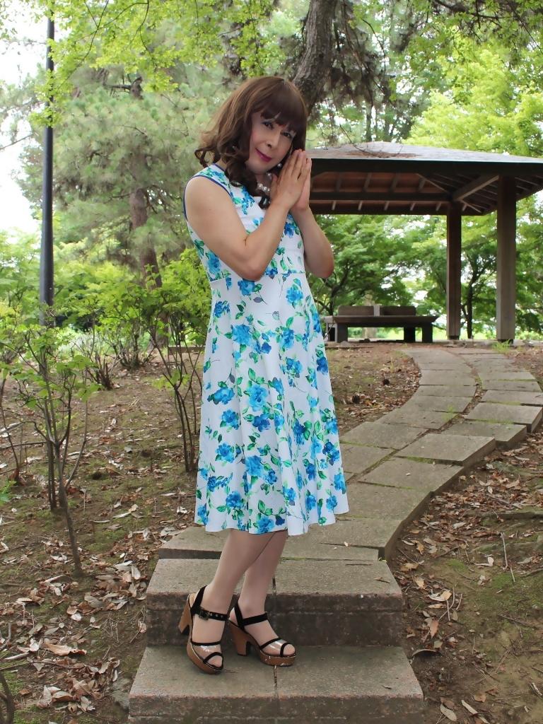 白地に水色花柄ワンピC(1)