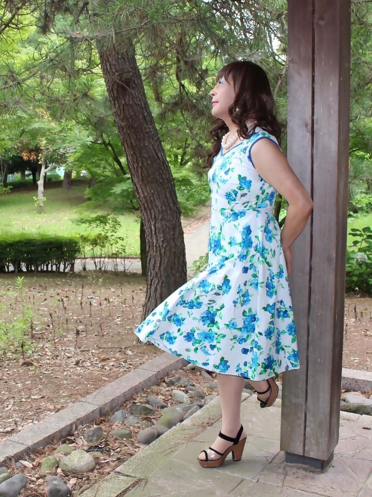 白地に水色花柄ワンピC(7)