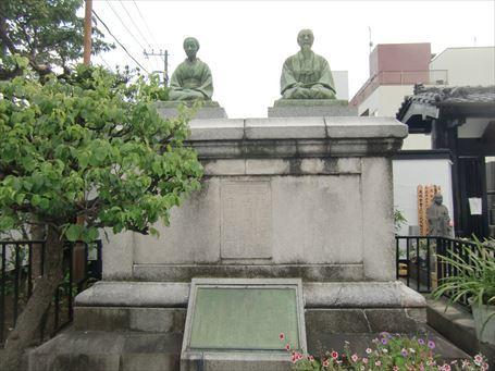 木村屋總本店の創業者夫妻の像