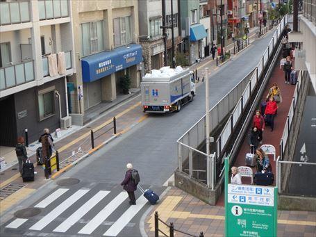 南千住駅前歩道橋を越える外国人旅行者