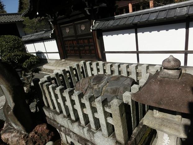 説法石(晴明石)、日親は一丈戻橋でこの石に傘を立て、辻説法を行ったという。江戸時代、1702年の夢告により当地に移された。また、安倍晴明の邸内にあったとされ晴明石ともいう