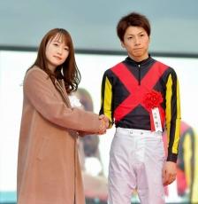 プレゼンターの川栄李奈と握手する石橋脩の写真