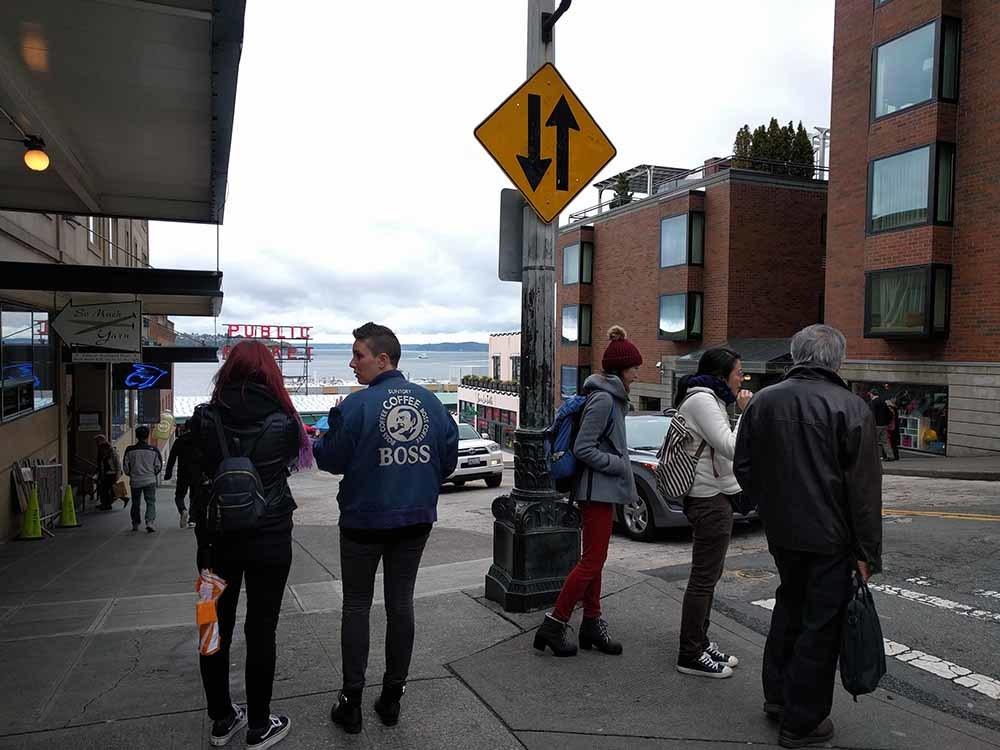 Seattle Pike Place シアトルパイクプレース なぜかボスジャン来てるお姉さん