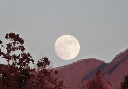 赤城山と十四夜の月 2012年12月27日