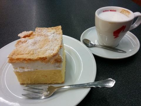 リュブリャナ空港のカフェでクリームケーキとカプチーノ