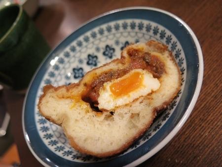 半熟卵入りビーフカレーパン