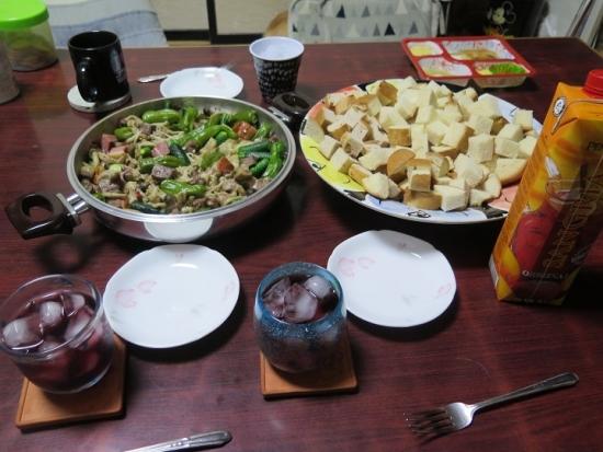キノコとイベリコ豚のアヒージョ、温泉パン、サングリア