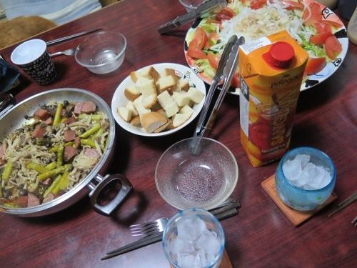 キノコとイベリコ豚のアヒージョ、サラダ、温泉パン、サングリア
