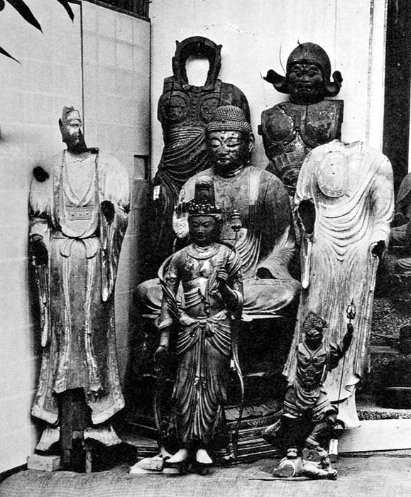 明治39年(1906)興福寺から破損仏等が益田鈍翁に譲与された時の写真