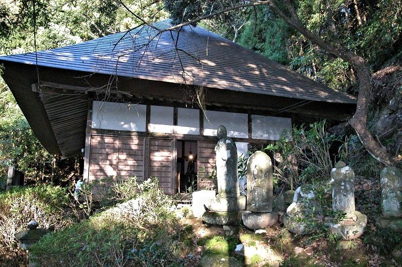 地元の人々に管理されている桑原薬師堂の古いお堂