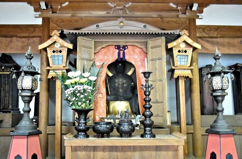 津市 大長寺・地蔵菩薩像が祀られる堂内