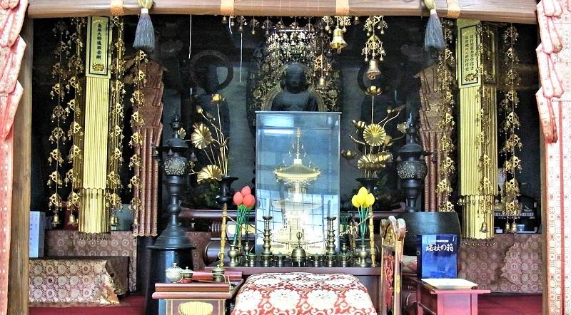 諸仏が祀られる大平寺の本堂内