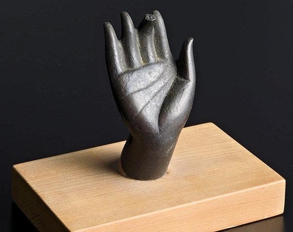 発見された香薬師像の右手先