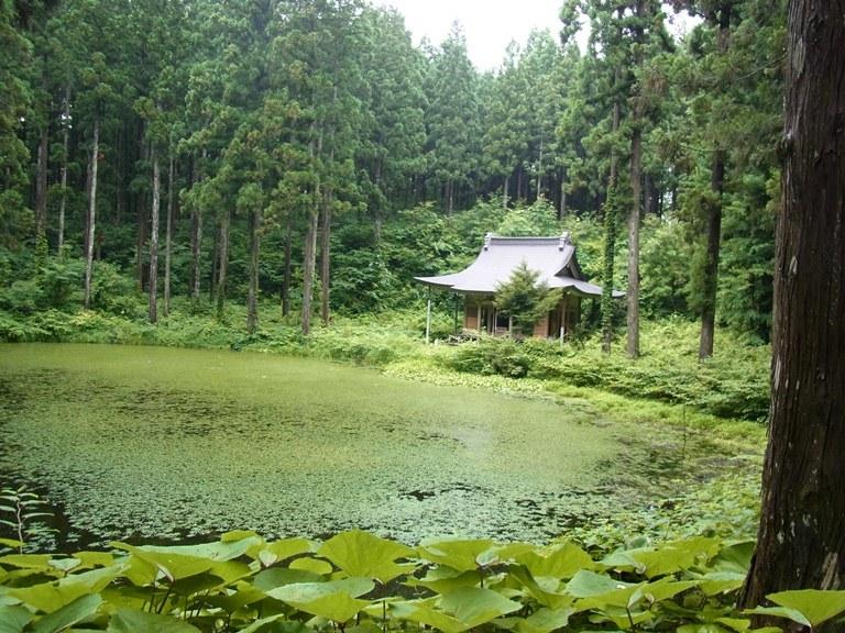霊境空間のような小沼と小沼神社(2013年訪問時撮影)