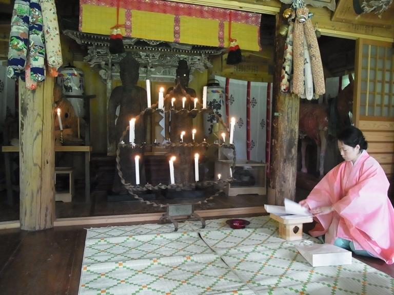小沼神社社殿に祀られる観音菩薩二像(2013年撮影)