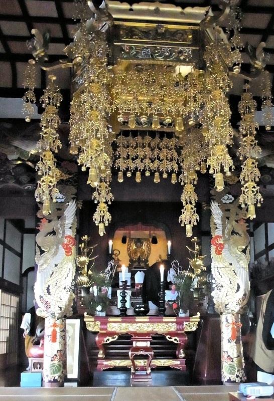 小金銅仏観音像が祀られる正傳寺本堂内