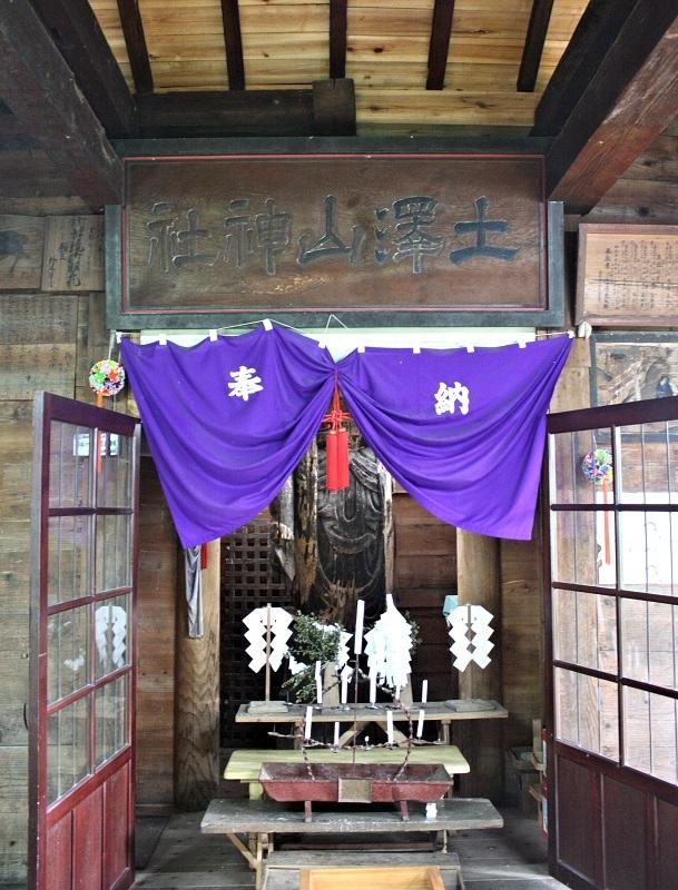 十一面観音巨像が祀られる土沢神社社殿内