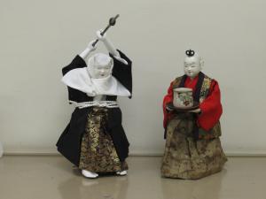 長刀を振り上げる弁慶と茶運び人形。