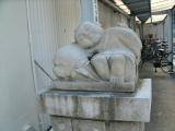 JR大竹駅 寝ている僧侶の石像