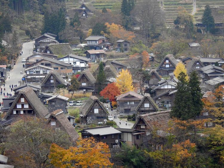 秋から冬へと移り行く白川郷の景色も10