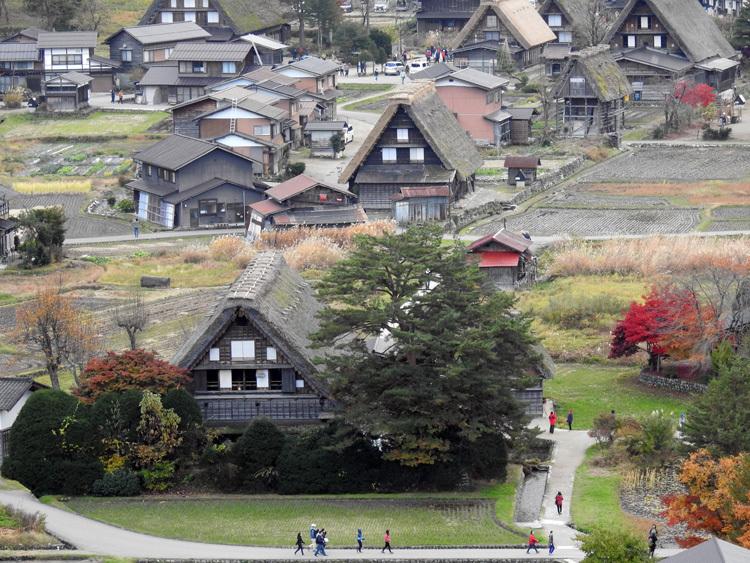 秋から冬へと移り行く白川郷の景色も11