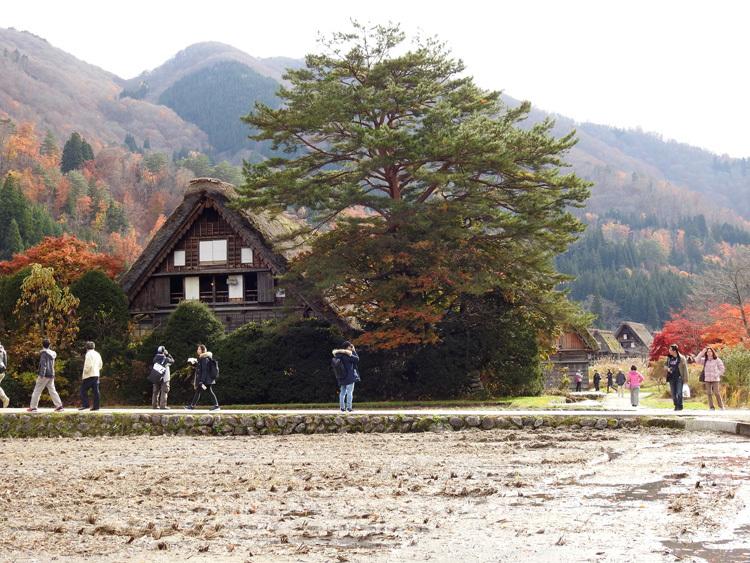 繰り返し訪れる人も少なくない世界遺産 白川郷合掌造り集落9