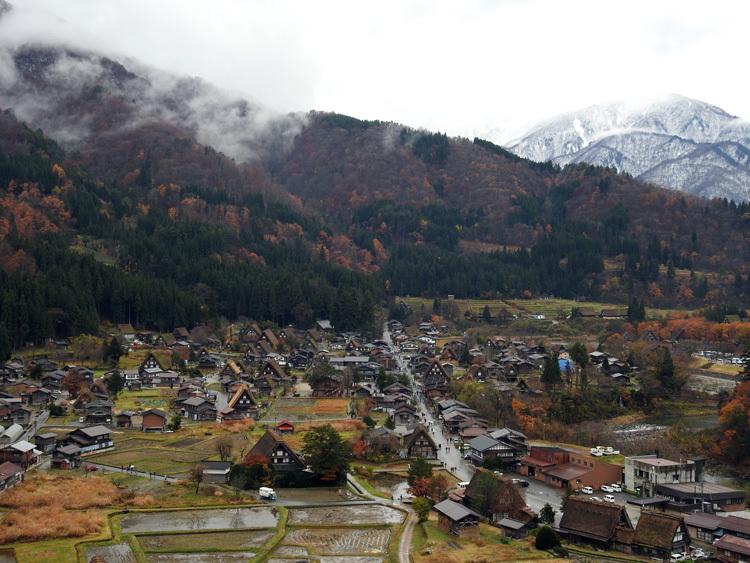 麓に残る紅葉と高い山々に降り積もった雪 白川郷1