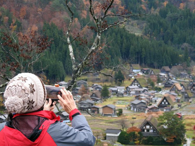 麓に残る紅葉と高い山々に降り積もった雪 白川郷4