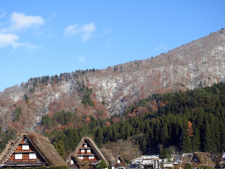 まだ少し残る紅葉と雪の景色がとてもキレイです白川郷1