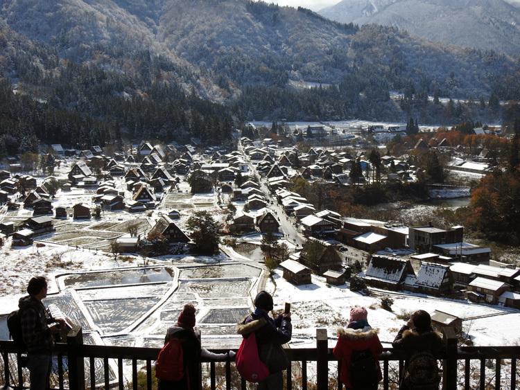 まだ少し残る紅葉と雪の景色がとてもキレイです白川郷3