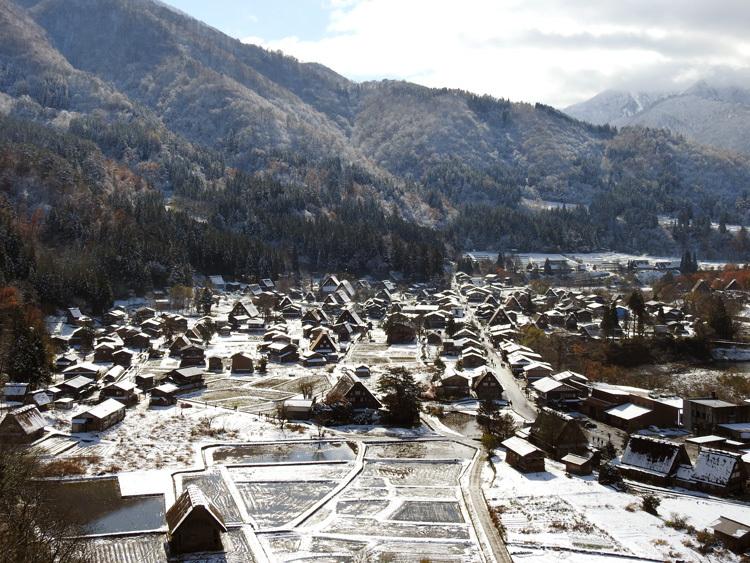 まだ少し残る紅葉と雪の景色がとてもキレイです白川郷4