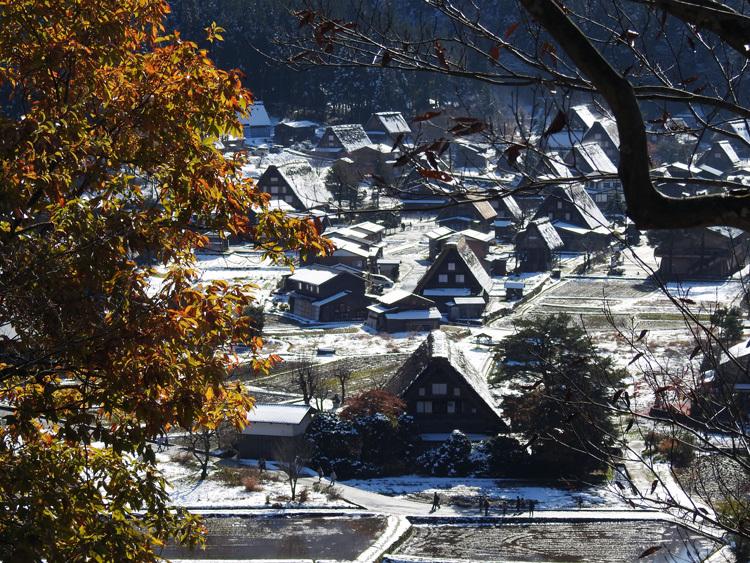 まだ少し残る紅葉と雪の景色がとてもキレイです白川郷5