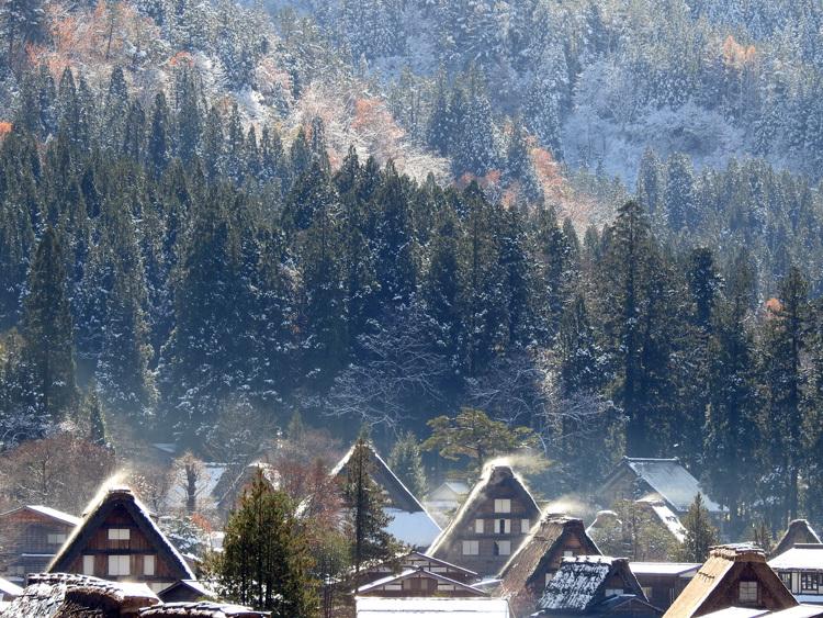 まだ少し残る紅葉と雪の景色がとてもキレイです白川郷7