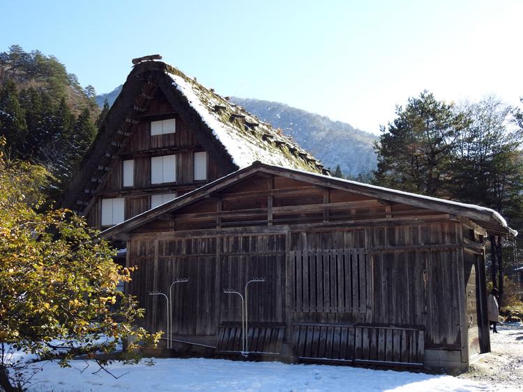 まだ少し残る紅葉と雪の景色がとてもキレイです白川郷12