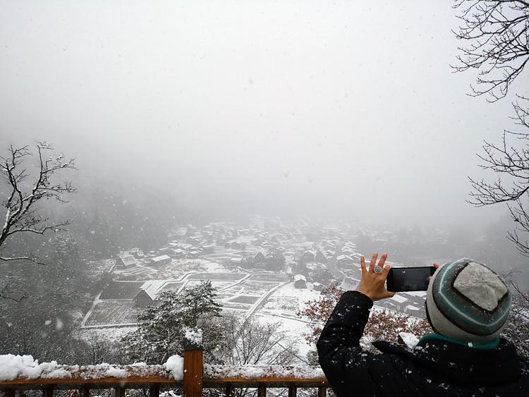 今日は湿った雪が降っており、視界が。。白川郷1