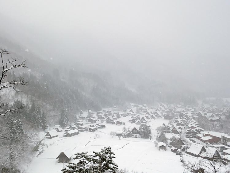 今季初のまとまった雪が降り、白い世界に包まれた白川郷1