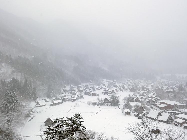 今季初のまとまった雪が降り、白い世界に包まれた白川郷2