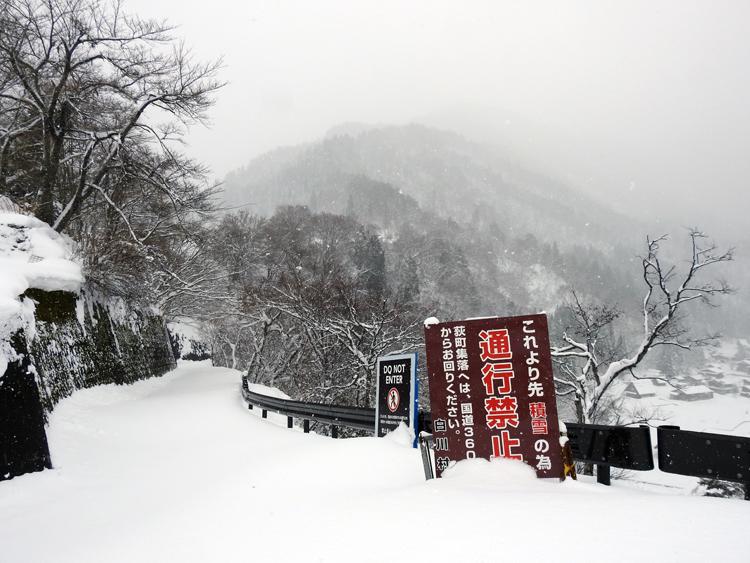 今季初のまとまった雪が降り、白い世界に包まれた白川郷3