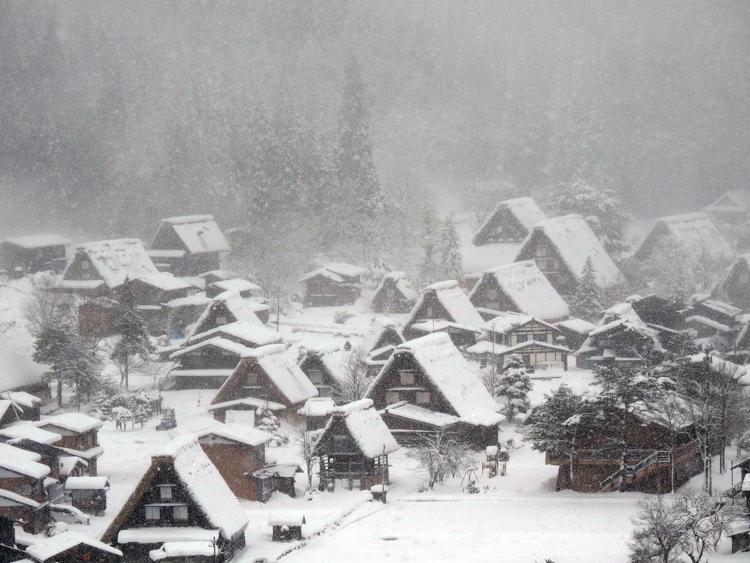 今季初のまとまった雪が降り、白い世界に包まれた白川郷4