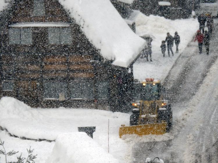 今季初のまとまった雪が降り、白い世界に包まれた白川郷8