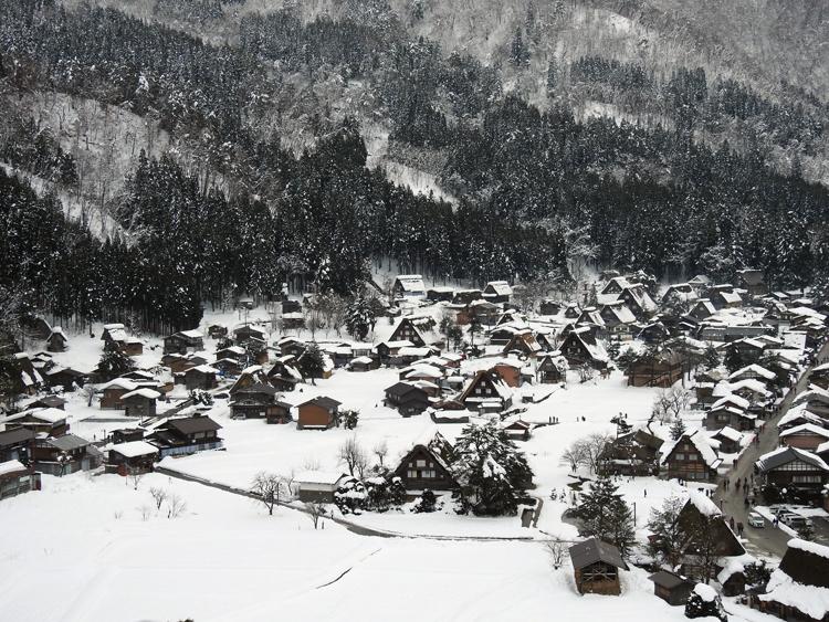 世界遺産「白川郷」の荻町合掌造り集落があるので、スキーを楽しんだ後に、のんびり観光1