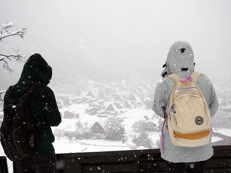 雪が降って来て ようやく冬らしい風景 白川郷1