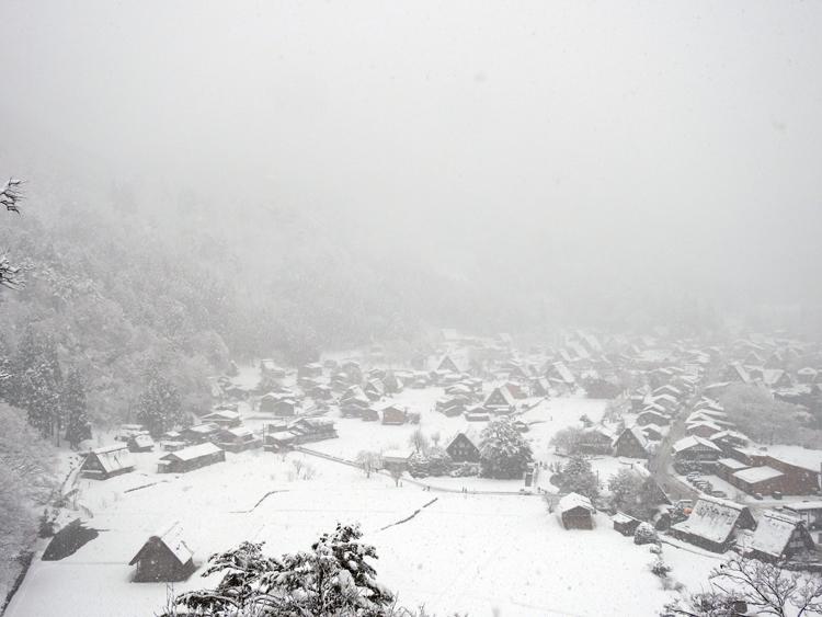 雪が降って来て ようやく冬らしい風景 白川郷3