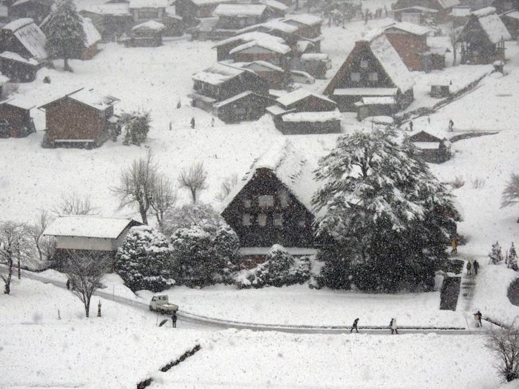雪が降って来て ようやく冬らしい風景 白川郷4