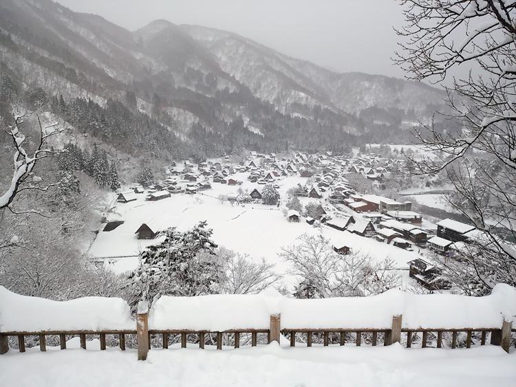 冬の白川郷の景観はとっても幻想的 で美しいスポット1