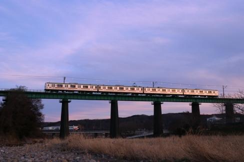 入間川を渡る 八高線 209系