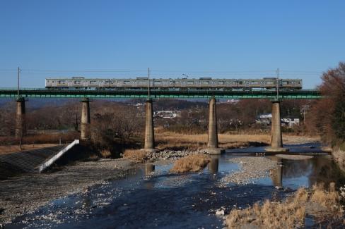 入間川を渡る 八高線 205系